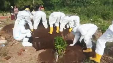 O victimă Covid-19 este îngropată cu mâinile goale în Indonezia