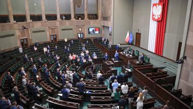 Parlamentul polonez a adoptat, după dezbateri aprinse, o lege controversată care interzice creșterea animalelor pentru blană