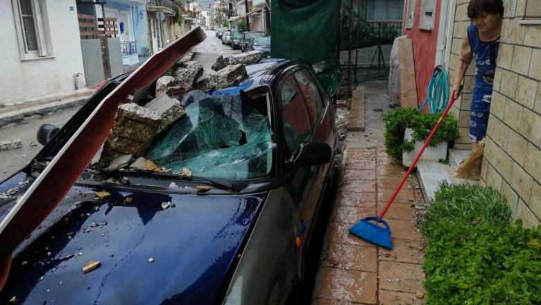 masina avariata de bucati de zid care au cazut in urma trecerii ciclonului ianos pe insula Zakynthos