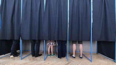 alegeri în România, votanţi în cabine de vot