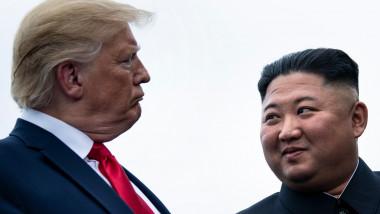 Donald Trump și Kim Jong-un se privesc în ochi