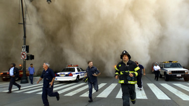 Clădirea World Trade Center din New York a fost lovită de două avioane la 11 septembrie 2001