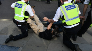 Arestarea unui activist Extinction Rebellion in Parliament Square din Londra