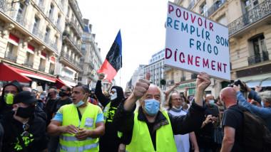 """Proteste violente ale mișcării """"Vestele Galbene"""" în Paris"""