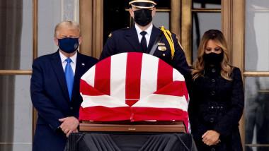 Donald și Melania Trump i-au adus un ultim omagiu judecătoarei Ginsburg.