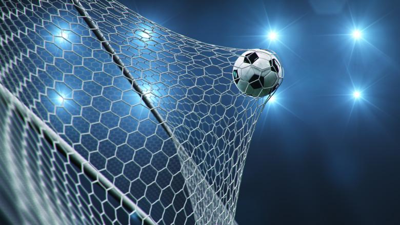 Minge fotbal in plasa portii