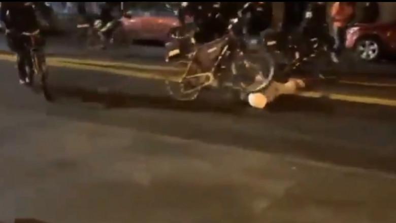 . Un polițist trece cu bicicleta peste capul unui protestatar