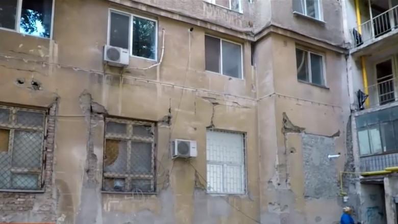 Bloc cu risc seismic, cu crapaturi, în București