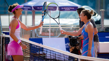 Simona Halep si Irina Begu, dupa meciul direct de la Praga Foto Profimedia