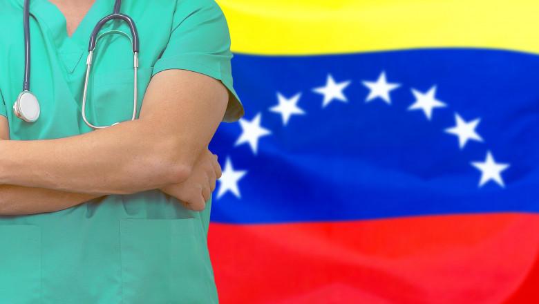 medic având in spate steagul venezuelei
