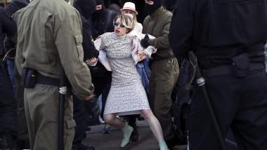 femeie arestata la proteste anti-Lukașenko