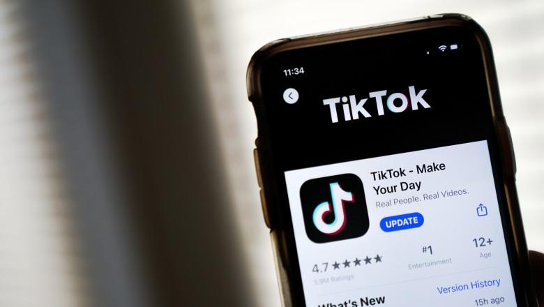 Telefon cu aplicația TikTok.