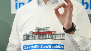 Dan Barna poartă tricoul Fără penali şi face semnul OK