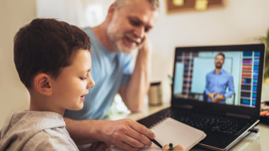 libere platite pentru parintii ai caror copii fac scoala online