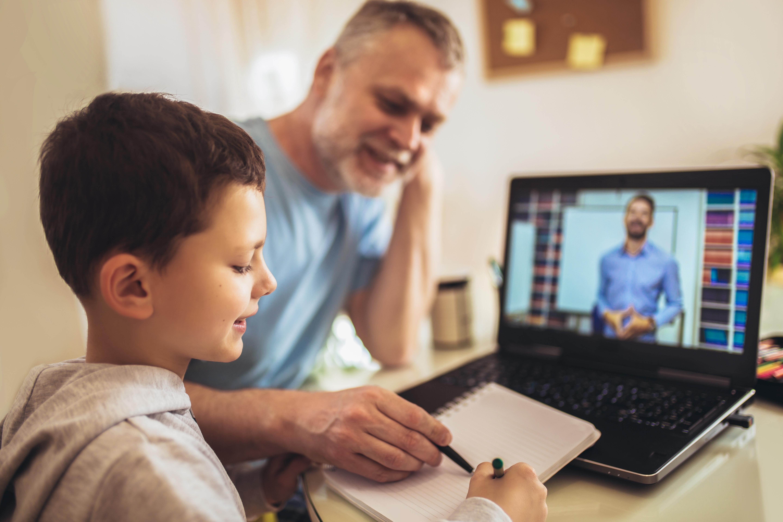 Cine poate cere libere plătite pentru a sta cu copilul acasă, dacă acesta face școală online