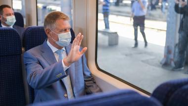 iohannis face cu mana din tren