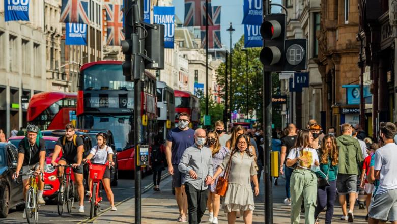 oameni pe stradă în Marea Britanie