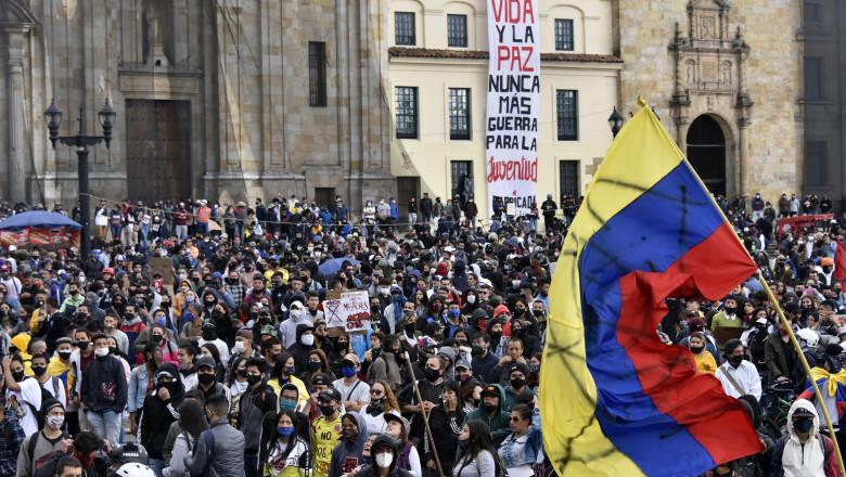 oameni protestează în Bogota, Columbia