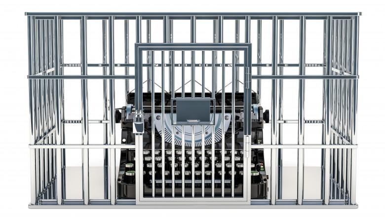 libertatea presei îngrădită, mașină de scris în spatele gratiilor