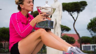 Simona Halep cu trofeul de la Roma