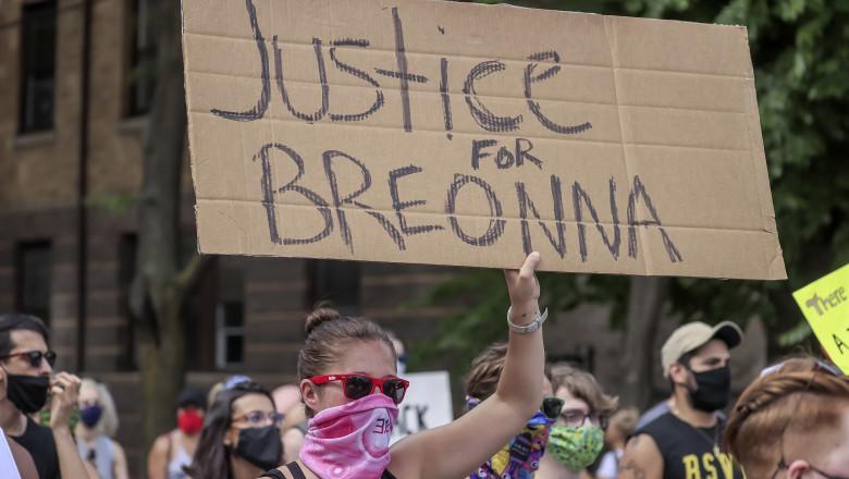 Breonna Taylor, o asistentă medicală în vârstă de 26 de ani, a fost împușcată de polițiști în apartamentul ei din Louisville.