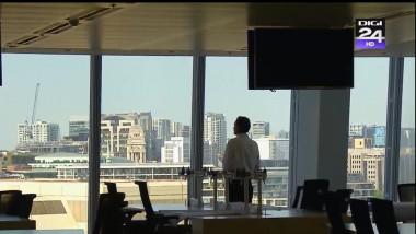 barbat singur in birou se uita pe fereastra - captura