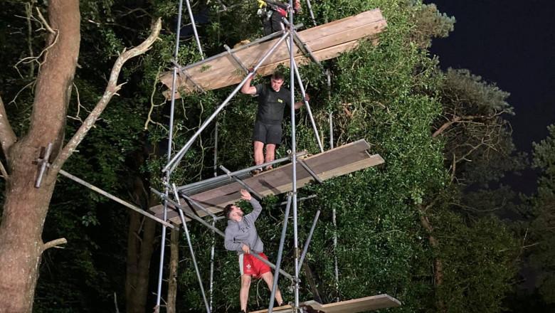 O misiune epică de salvare a implicat, timp de 4 zile, toată suflarea intr-un orășel din Țara Galilor, acolo unde o pisică a rămas blocată într-un copac înalt de peste 10 metri.