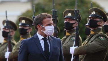 Emmanuel Macron trece în revistă militari din garda de onoare