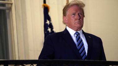 Donald Trump, bolnav de Covid-19, fără mască stând la balconul Casei Albe pentru a îi fi făcută o fotografie, imediat după externarea din spital