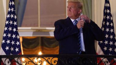 Donald Trump, bolnav de Covid, cu mâinie pe masca de protecție atârnată de ureche