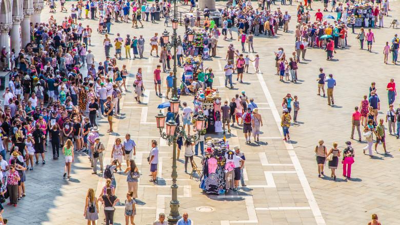 turisti in piata San Marco din Venetia