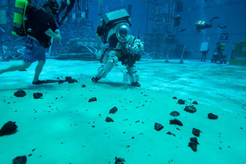 NASA testează noile costume spațiale pentru astronauții care vor reveni pe Lună în 2024