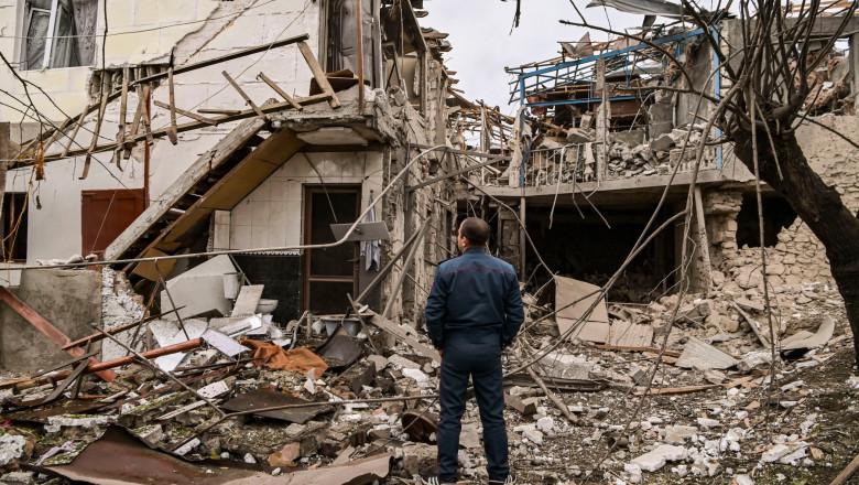 Casă distrusă de un bombardament la Stepanakert, în Nagorno-Karabah.