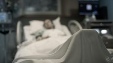 bolnav pe pat de spital