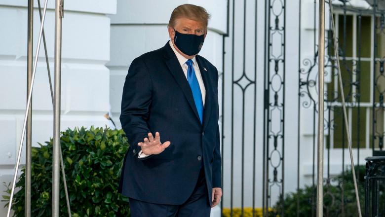 Donald Trump iese din Casa Albă și face discret cu mâna presei înainte de a se urca în elicopterul prezidențial care îl va duce la spitalul militar Walter Reed, unde va fi monitorizat după ce a dezvoltat simptome de COVID