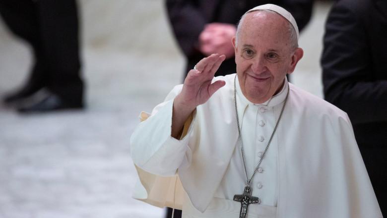 Papa Francisc salutând lumea.