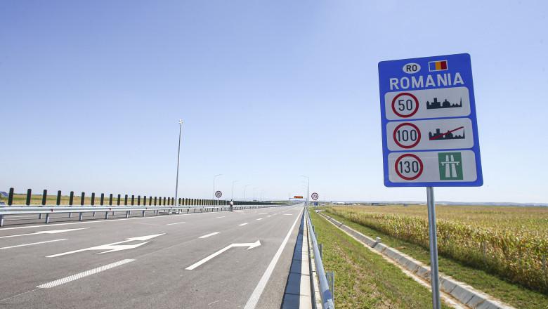 indicator de autostrada pe care scrie romania.