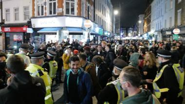 oameni pe strazi inainte de restrictii la Londra