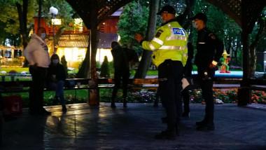 Poliţişti opresc petrecerea, avertizează cetăţenii asupra păstrării distanţei