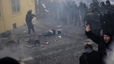 Poliţia a recurs la gaze lacrimogene şi tunuri cu apă împotriva unei manifestaţii la Praga împotriva măsurilor antiepidemice