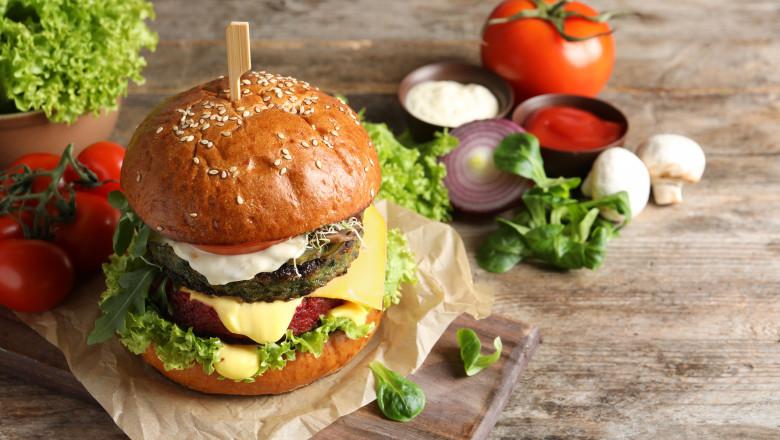 """Parlamentul European ar putea interzice termenii de """"burger vegetal"""" şi """"cârnaţi vegetali"""" pe motiv că derutează consumatorii"""