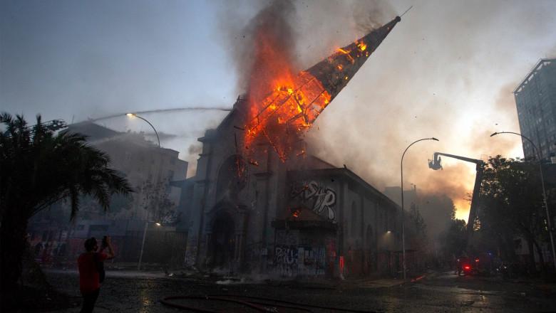 Biserici incendiate in Santiago de Chile