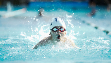 Înotul în apă rece ar putea proteja creierul de boli degenerative, precum demența