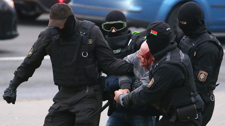 Opozanții lui Lukașenko, bătuți cu bestialitate de scutierii din Belarus