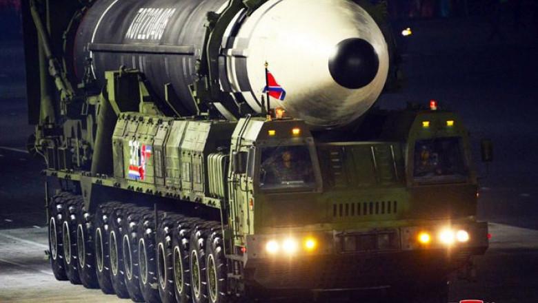 Cel mai nou model de rachetă nucleară prezentat la parada militară din Coreea de Nord