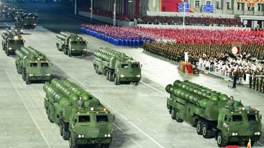 vehicule care transportă rachete balistice la parada militară din Coreea de Nord