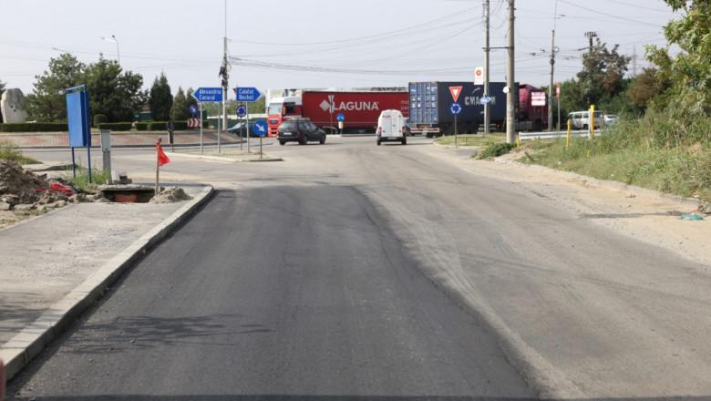 O stradă a fost asfaltată pe un singur sens deoarece cealaltă parte aparține de altă localitate