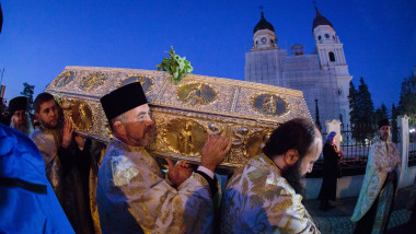preoti poarta pe umeri racla cu moastele sfintei parascheva