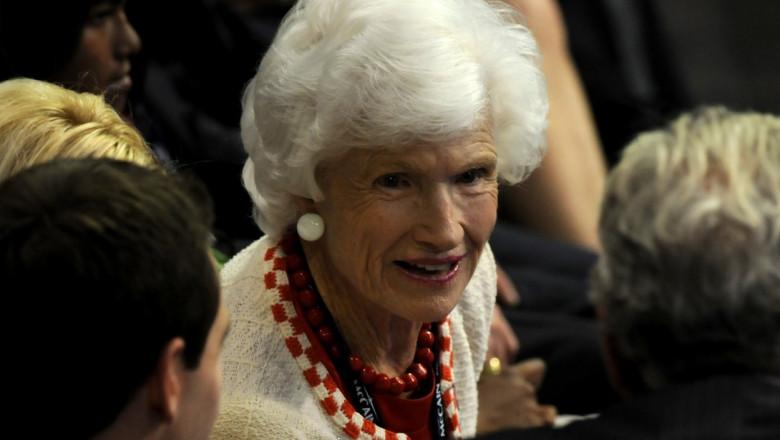 Roberta McCain vorbește cu diverși politicieni la Convenția Națională Republicană din septembrie 2008