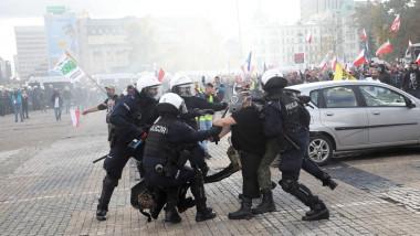 Proteste la Varşovia. Forţele de ordine au folosit gaze lacrimogene pentru a dispersa manifestanții